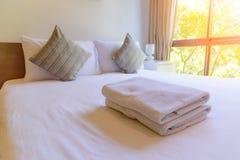 Handduk på sängen Royaltyfri Foto