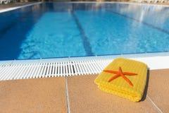 Handduk på simbassängen Arkivbild