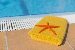 Handduk på simbassängen Royaltyfri Foto