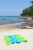 Handduk på stranden Royaltyfria Bilder