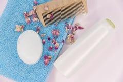 Handduk, tvål, schampo och hårkam arkivbilder