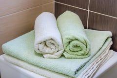 Handdukar i badrum royaltyfri fotografi