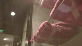 Handdukar i ett lager stock video