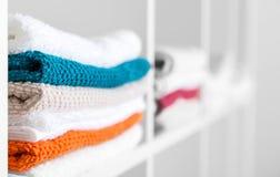 Handdukar i linnegarderoben Fotografering för Bildbyråer