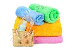 Handdukar och shampoo Royaltyfria Bilder