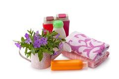 Handdukar och shampoo Royaltyfri Foto