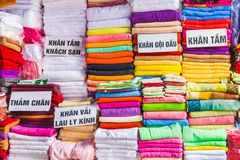 Handdukar på basaren i Hanoi, Vietnam royaltyfria bilder