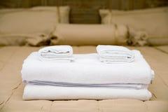Handdukar på hotellsäng Royaltyfri Fotografi