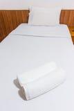 Handdukar på sängen Fotografering för Bildbyråer