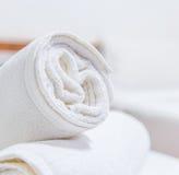 Handdukar på sängen Arkivfoton