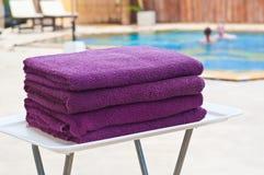 Handdukar på simbassängen Arkivfoton