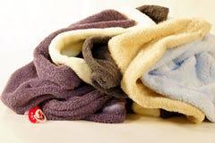 Handdukar som är hoprullade in i en boll Arkivfoto