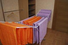Handdukar torkar på en metalltork Fotografering för Bildbyråer