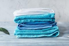 Handdukar traver i hushållninguppsättning på laudry bakgrundsmodell Arkivbilder