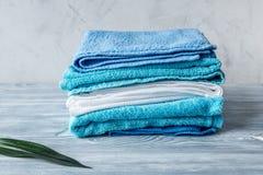 Handdukar traver i hushållninguppsättning på laudry bakgrundsmodell Fotografering för Bildbyråer