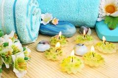 Handdukar tvålar, blomma, stearinljus Arkivfoton