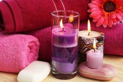 Handdukar tvålar, blommor, stearinljus Royaltyfri Foto