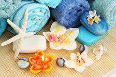 Handdukar tvålar, blommor, stearinljus Royaltyfri Fotografi