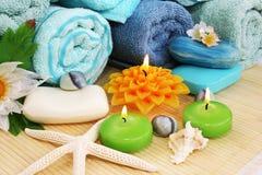 Handdukar tvålar, blommor, stearinljus Royaltyfria Foton