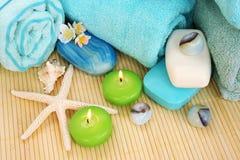 Handdukar tvålar, blommor, stearinljus Royaltyfria Bilder