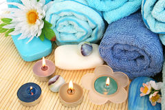 Handdukar tvålar, blommor, stearinljus Arkivfoto