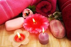 Handdukar tvålar, blommor, stearinljus Arkivbild