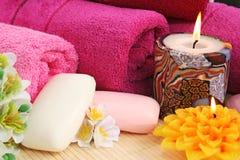 Handdukar tvålar, blommor, stearinljus Arkivbilder