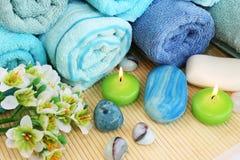 Handdukar tvålar, blomma, stearinljus Royaltyfri Fotografi