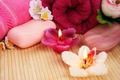 Handdukar tvålar, blommor, stearinljus Royaltyfri Bild