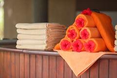 Handdukar vid pölen på semesterorten Arkivbild