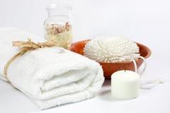 Handduken och snyltar brunnsortbadbegrepp Arkivbilder