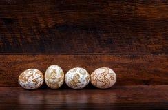 Hande malte Ostereier im Nest auf hölzernem Hintergrund lizenzfreies stockfoto