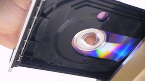 Handeinsatz DVD CD zum DVD-Spieler stock footage