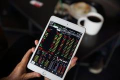 Handel auf der Tablette mit dem erfahrenen Arbeiter on-line machen stockfoto