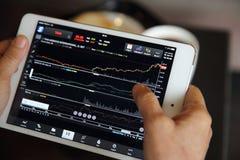 Handel auf der Tablette mit dem erfahrenen Arbeiter on-line machen lizenzfreie stockbilder