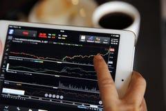 Handel auf der Tablette mit dem erfahrenen Arbeiter on-line machen lizenzfreie stockfotografie