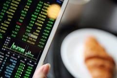 Handel auf der Tablette mit der Geschäftsfrauhand und -hörnchen on-line machen stockfoto
