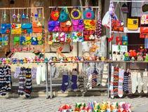 Handel av souvenir i gatan på den Sighnaghi staden georgia fotografering för bildbyråer