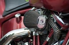 Handel detaliczny chrom na czerwonym Harley Davidson motocyklu parkującym w ulicie zdjęcie stock