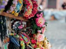 Handel im Schmuck auf dem Kopf Die Kränze auf dem Kopf sind verkauft handgemachtes lizenzfreie stockbilder
