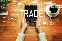 Handel mit einer Person, die eine Tablette hält lizenzfreie stockbilder