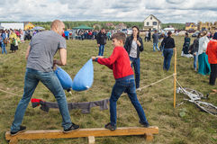 Handel och underhållning på thårsdagen för festival 536 av befrielsen av Ryssland från detTatar oket i den Kaluga regionen arkivbilder