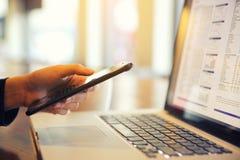 Handel online auf Smartphone und Notizbuch mit der Geschäftsfrauhand lizenzfreies stockfoto