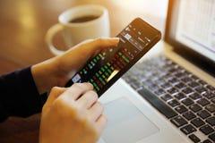 Handel online auf Smartphone und Notizbuch mit der Geschäftsfrauhand lizenzfreie stockbilder