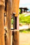 Handel på den wood dörren Arkivbild