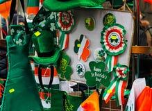 Handel shoppar med symboler för dag för St Patrick ` s Royaltyfri Bild