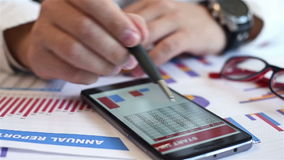 Handelaar Analyzing Income Charts stock video