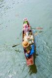 Handelaar bij het Drijven Ampawa markt, Thailand Royalty-vrije Stock Foto