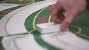 Handelaar die het dek uitspreiden bij pookspel in casino stock video