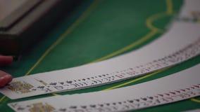 Handelaar die het dek uitspreiden bij pookspel in casino stock videobeelden